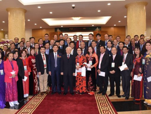 Tổng bí thư Nguyễn Phú Trọng chụp hình lưu niệm với kiều bào các nước