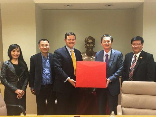 Trao tặng quà lưu niệm tại Đại sứ quán Việt Nam tại Hoa Kỳ cho ông Nguyễn Hoàng Tuấn, Chủ Tịch tổng công ty dầu Việt Nam PVOIL